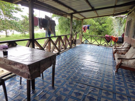 Sukau, Malezja: The verandah where meals are served