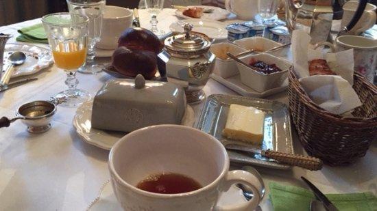 Francueil, ฝรั่งเศส: table du petit déjeuner royal, croissants frais, pain croustillant, jus d'orange frais
