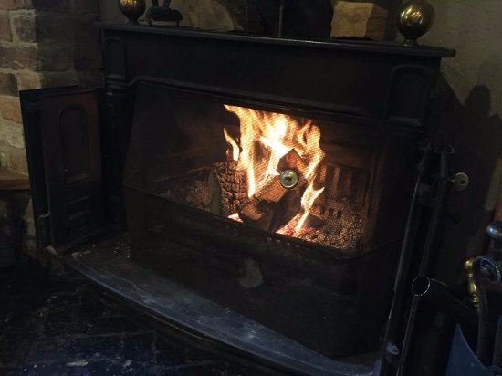 Hartshorne, UK: Winter fire to keep warm by the bar