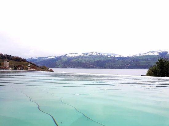 Spiez, Suiza: Piscine avec lac en continuité