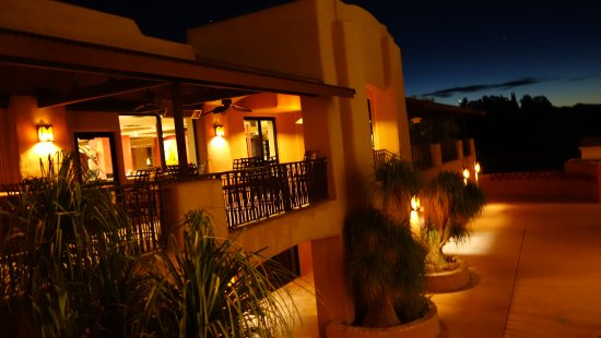 La Posada Lodge and Casitas: Grounds at night