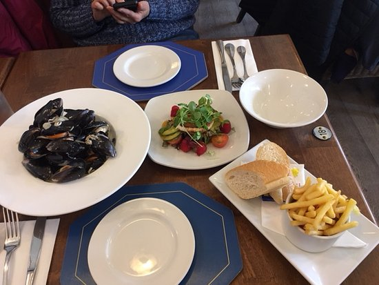 The Captain's Table at the Ship Inn: Mussels and fries, Goat's cheese salad