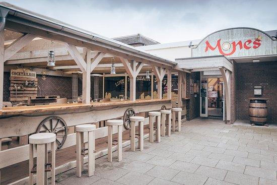 Bad Segeberg, Tyskland: Saloon - Eingang mit überdachter und beheitzter Terrasse