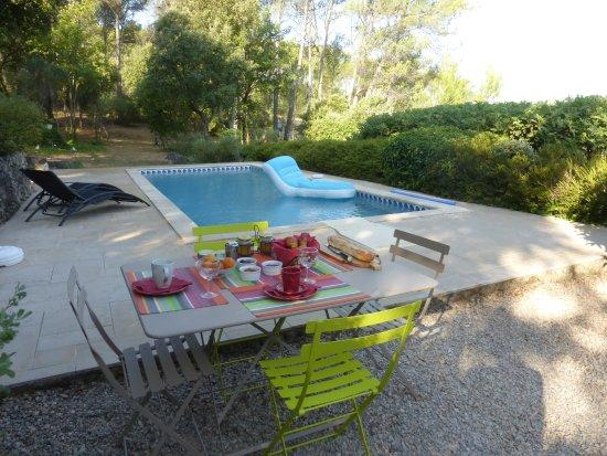 Carces, Frankrike: Petit déjeûner à la piscine !