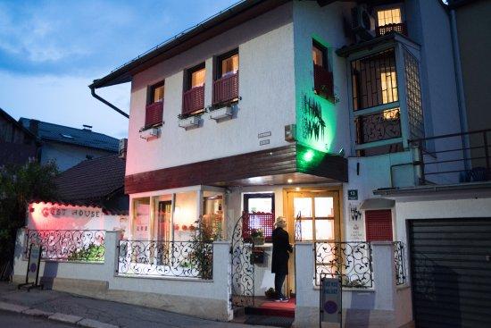 Halvat Guesthouse: Entrance