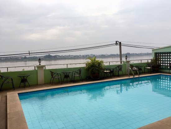 Vansana Riverside Hotel: Small swimming pool located on the second floor around which breakfast is served daily.