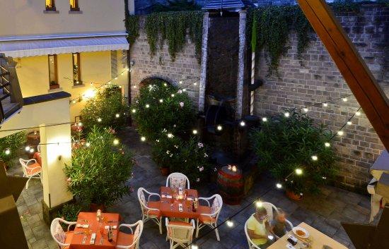Egri Termál és Strandfürdő szállodánktól 5 perc sétára – Bild från Imola Udvarhaz Dessert Hotel, Eger - Tripadvisor
