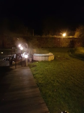 Macreddin Village, Ιρλανδία: Outdoor hot tub