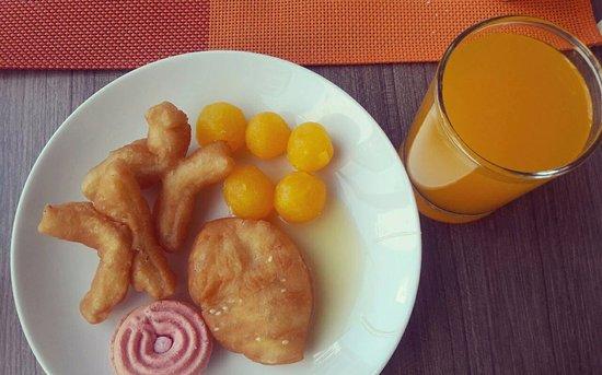 Ibis Pattaya: อาหารเช้าแบบไทยๆ มีทองหยอด และปาท่องโก๋