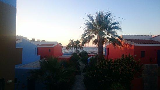 Hotel Marina Sands: Utsikt från huvudbyggnaden mot stranden