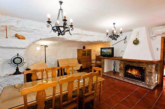 Casa Rural La Herradura: Salón con chimenea