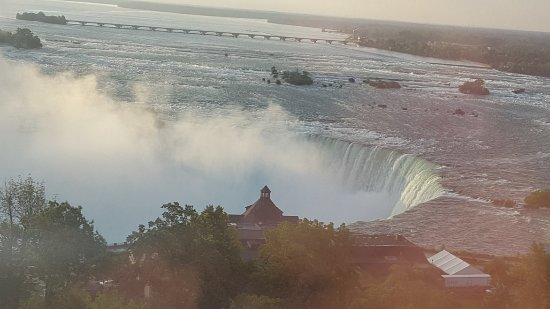 Oakes Hotel Overlooking the Falls: Horseshoe falls from room.