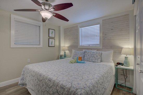 The Inn on Siesta Key: Nook bedroom, king bed Serta Icomfort memory foam/gel bed