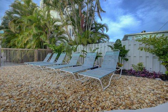The Inn on Siesta Key: Plenty of loungers to relax on!