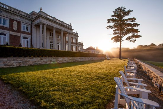 Canyon Ranch in Lenox : Sunrise over Bellefontaine mansion.