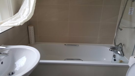 Victory Services Club: very shallow bath!!! very! doesnt look it from outside! good shower and heated towel rail.