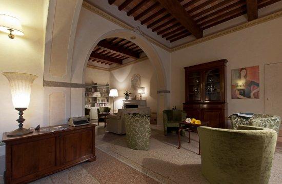 Calci, Italië: Salotto con accesso alla cantina