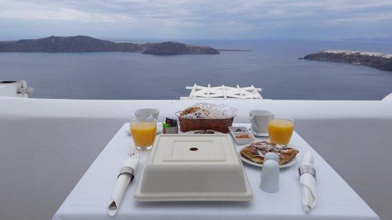 Above Blue Suites: Petit déjeuner servi dans la chambre