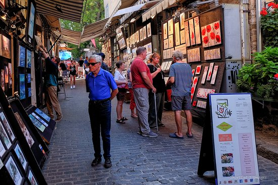 Rue du Tresor: Checking things out.