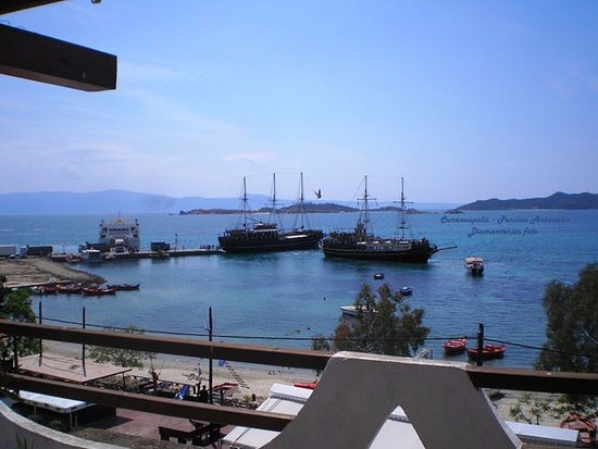 Ouranoupoli, Greece: Pension Antonakis roof garden ß View to the Port, 2 minutes far to walk!
