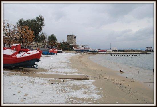 Ouranoupoli, กรีซ: Η γειτονιά μας μπροστά στο Ξενοδοχείο, λιμάνι 2 λεπτά με τα πόδια, γραφείο προσκυνητών στα 40 μ.