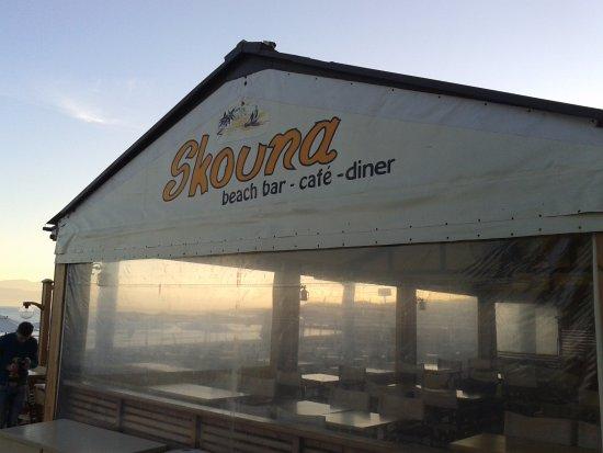 Skouna Beach Bar and Cafe: Outside dinning area.