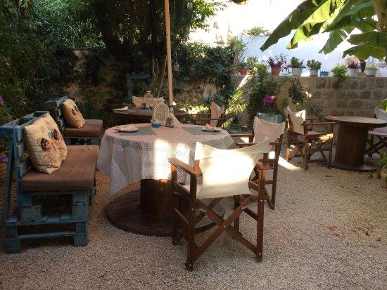 Medieval Inn: Il giardino per la colazione tra banani e papiri