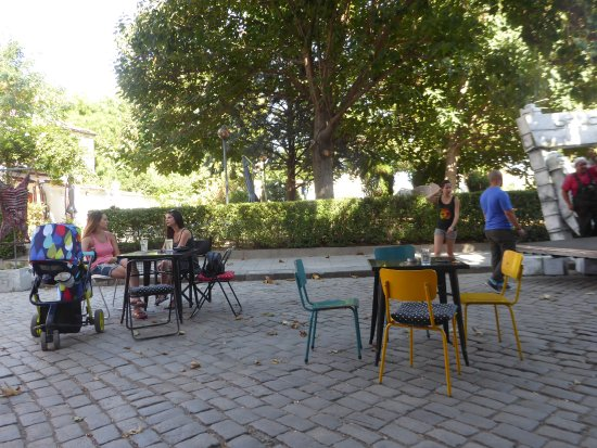 Art News Cafe: outdoor seating