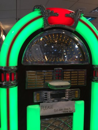 Farmingdale, NJ: No classic diner should exist without the Jukebox!!