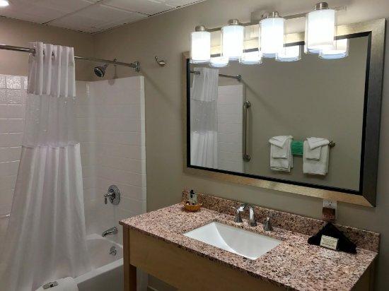 Bar Harbor Villager Motel : Renovated room bathroom
