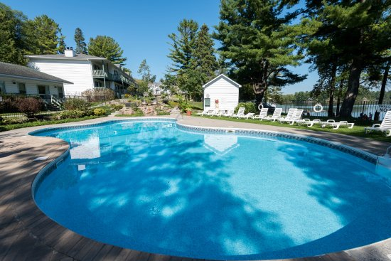 Severn Bridge, Canada: Heated Outdoor Pool overlooking Sparrow Lake