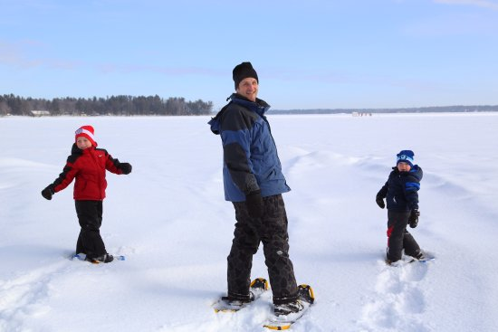 Severn Bridge, Canada: Snowshoeing is a family event