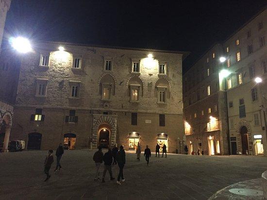 Piazza iv novembre perugia italien anmeldelser for Arredare milano piazza iv novembre