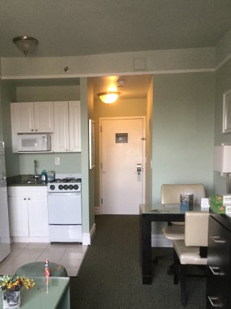 Hotel Beacon: View of the door and kitchen