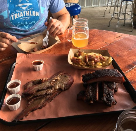 Okotoks, Канада: Ribs...brisket...ummm, ummmm...oh, and a cold beer!