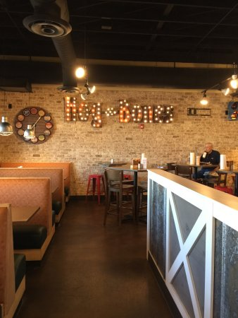 Hog-N-Bones: interior restaurant view