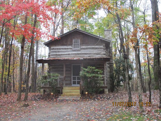 Pilot Mountain, NC: Inn and tobacco barns cabins.