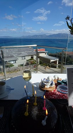 Sea Star Lodge: Birthday breakfast watching the whales :)