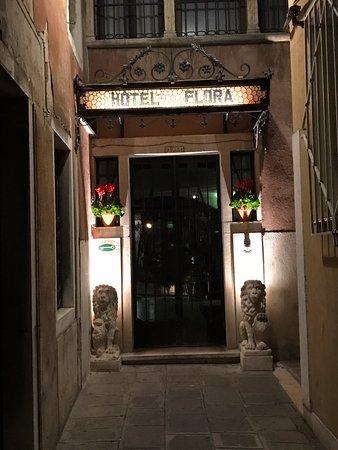 Hotel Flora: entrance