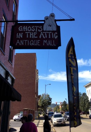 ‪‪Portsmouth‬, ‪Ohio‬: Ghosts In The Attic AntiqueMall‬