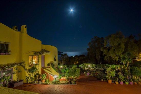 Torre delle Stelle, Ιταλία: La villa e il giardino vista mare in una notte di luna piena