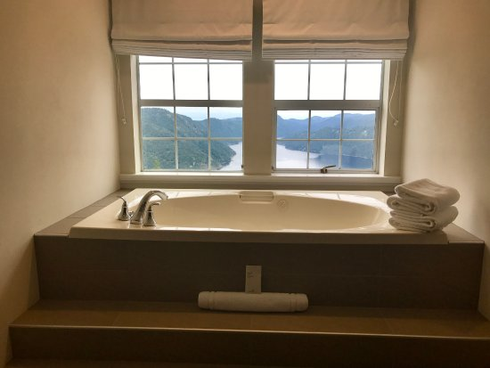 Malahat, Canada: Relaxing soaker tub view