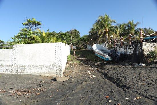 El Transito, Nikaragua: Short 45 second walk to the beach.