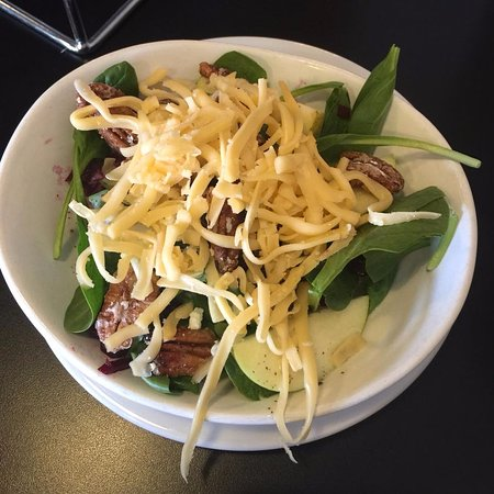 Clayton, Gürcistan: Half Fall Salad - Beets, smoked gouda, pecans, apples, spinach and poppyseed dressing.
