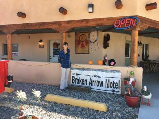 Broken Arrow Motel: The hostess who supplies fresh flowers and York peppermint patties!