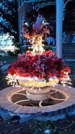 Metropolis, IL: Lola the Fountain Ready for Santa