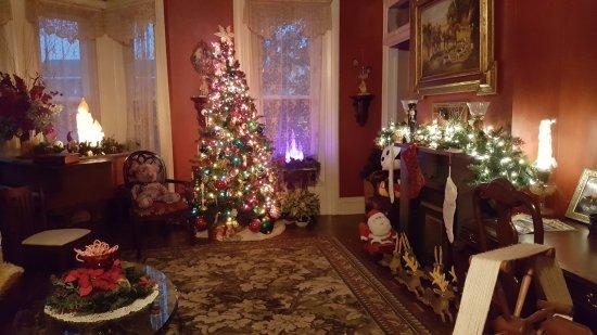 Metropolis, IL: Parlor Holiday Decor