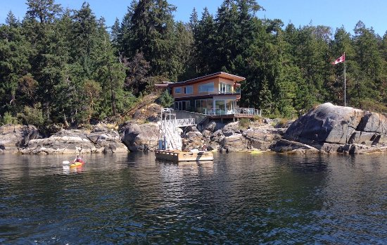 Halfmoon Bay, Canada: Complimentary guest kayaks and seasonal dock.