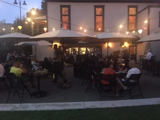Wilsonville, Oregón: Guests eat, drink and sit at the firepits outside on the patio at the Old Church area.