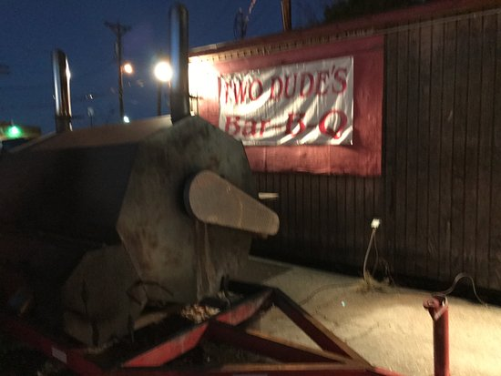 Warrenton, MO: Big smoker/barbeque right outside the restaurant.